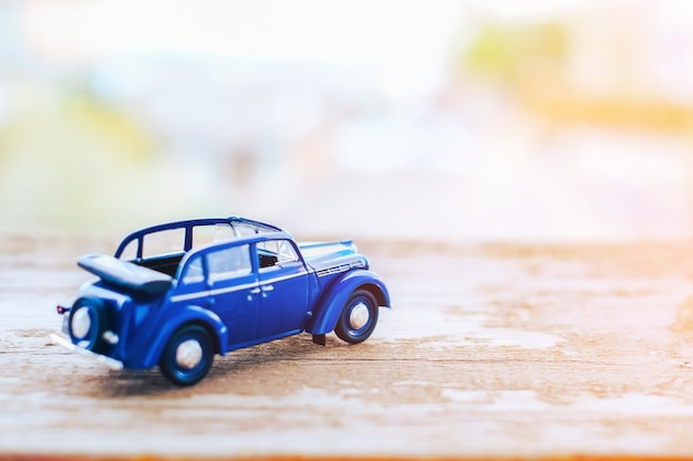 Stuk speelgoed uitstekende cabrioauto op houten achtergrond