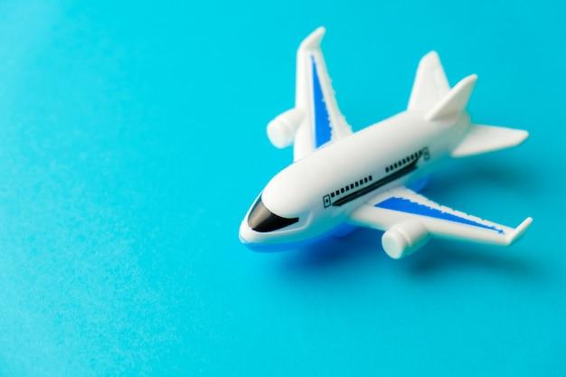 Stuk speelgoed van het close-up het witte vliegtuig op geel. concept van reizen
