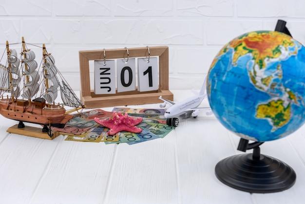 Stuk speelgoed vliegtuig met bol en australische dollarbankbiljetten