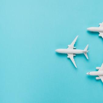Stuk speelgoed vliegtuigen op blauwe achtergrond
