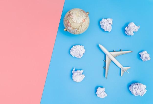 Stuk speelgoed vliegtuigreis op document wolken blauw exemplaar ruimteroze