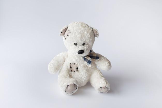 Stuk speelgoed witte teddy geïsoleerd op wit