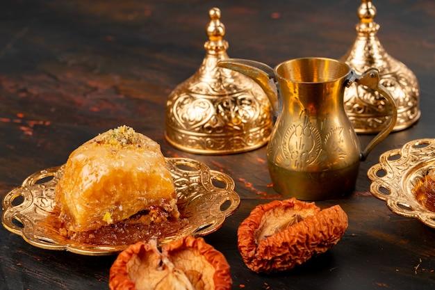 Stuk turkse baklava in gouden arabische plaat close-up