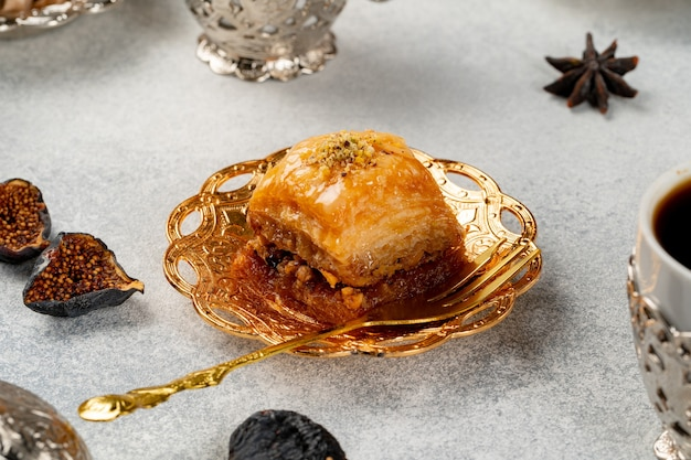 Stuk turkse baklava in gouden arabische plaat