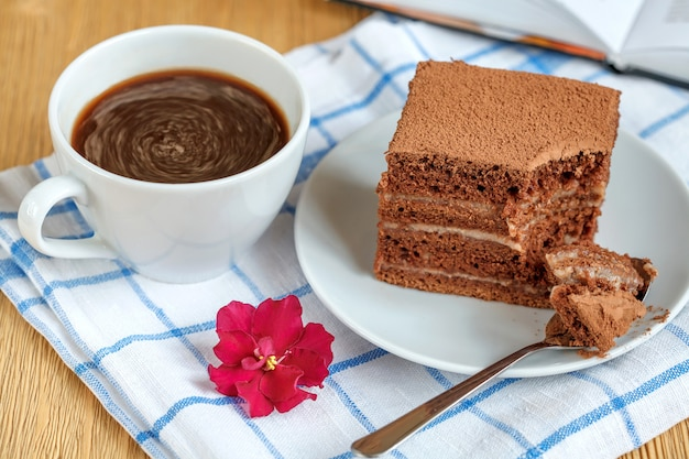 Stuk van chocoladecake in plaat op witte handdoek