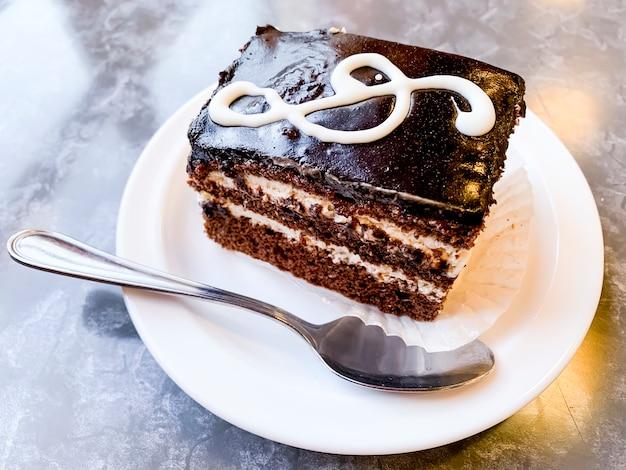 Stuk van heerlijke cake versierd met g-sleutel