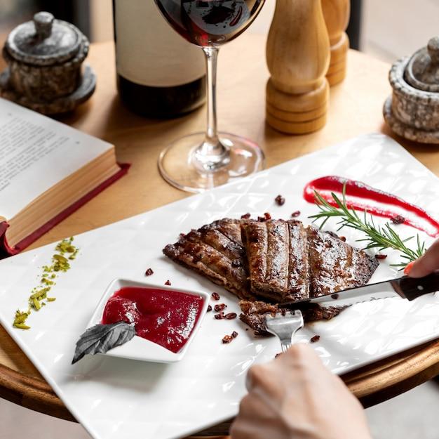 Stuk van het vrouwen het scherpe lapje vlees dat met zure saus wordt gediend