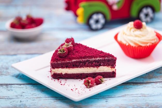 Stuk van red velvet cake, zelfgemaakte cake met framboos en room. perfect dessert voor valentijnsdag.