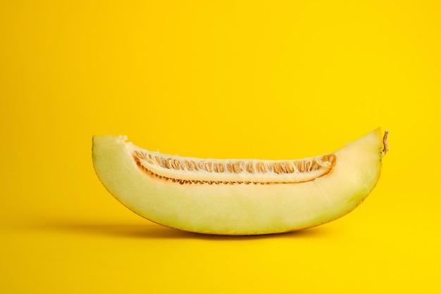 Stuk van rijpe meloen met zaden op geel