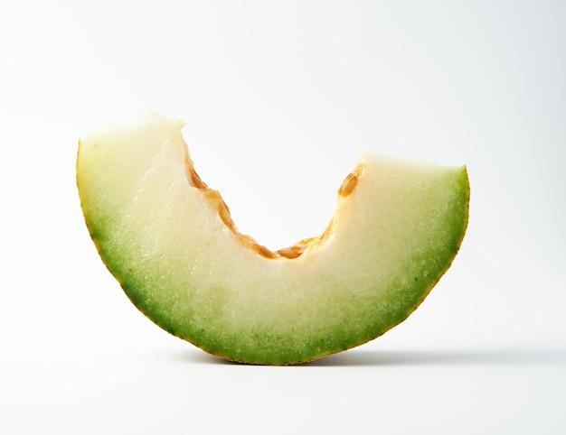Stuk van rijpe meloen met zaden
