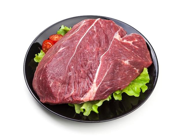 Stuk van ruw rundvlees dat op wit wordt geïsoleerd