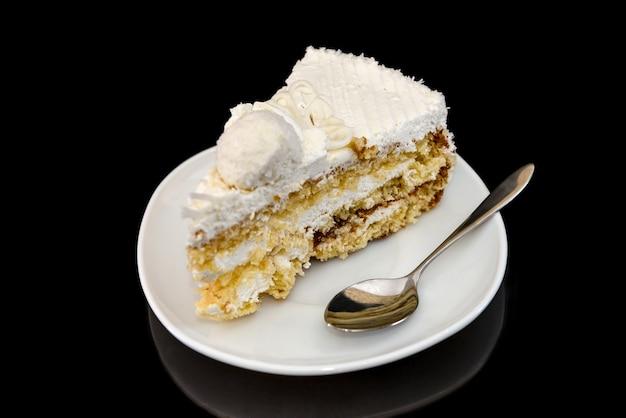 Stuk van smakelijke cake op plaat met bezinning