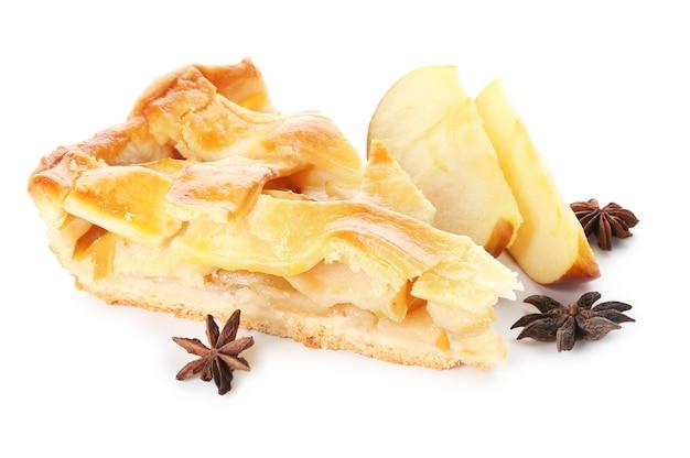 Stuk van smakelijke zelfgemaakte appeltaart op wit oppervlak