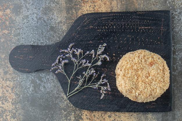 Stuk van zelfgemaakte cake op een zwarte bord