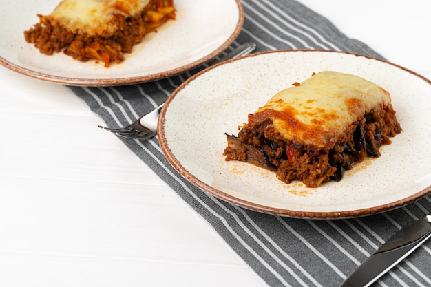 Stuk vers vlees lasagne met kaas close-up