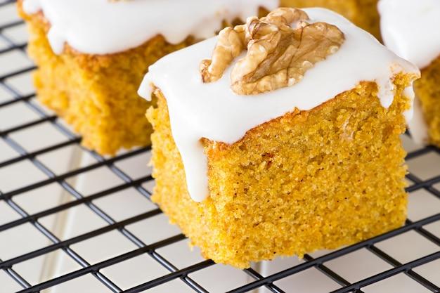 Stuk zelfgemaakte cake met noten en slagroom.