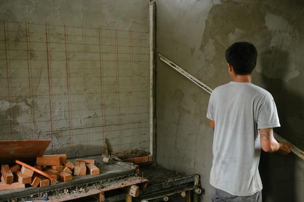 Stukadoor die binnenmuren vernieuwt.
