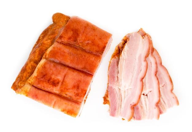 Stukje bacon en gesneden spek geïsoleerd
