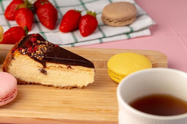 Stukje cheesecake met chocolade top en bessen