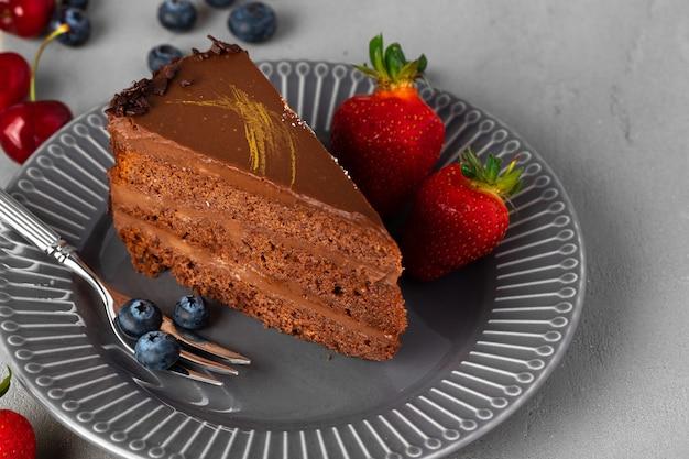 Stukje chocoladetaart geserveerd met verse bessen. smakelijk dessert