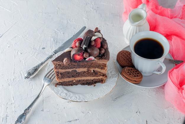 Stukje chocoladetaart op een bord en een kopje koffie