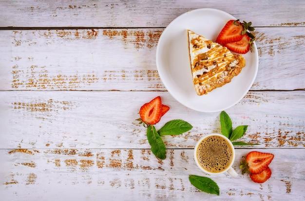 Stukje karamel taart met een kopje koffie
