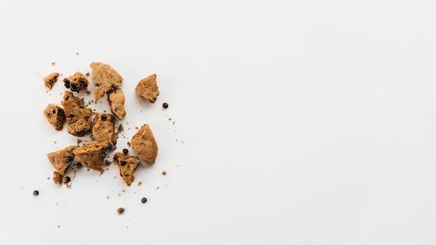 Stukjes biscuit met chocoladedruppels