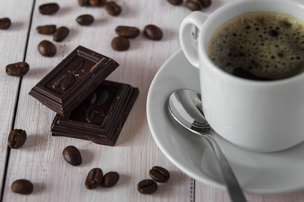 Stukjes chocolade en een kop koffie