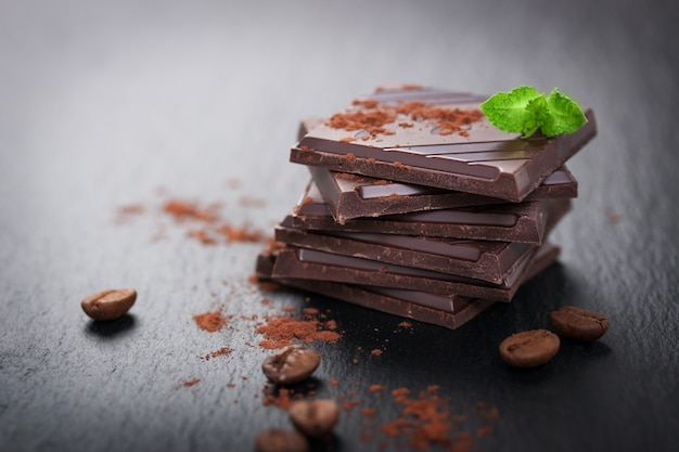 Stukjes chocolade met cacaopoeder