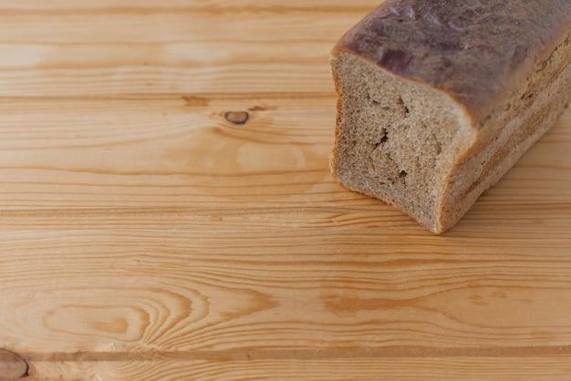 Stukjes gebakken broodbeschuit op een witte achtergrond.