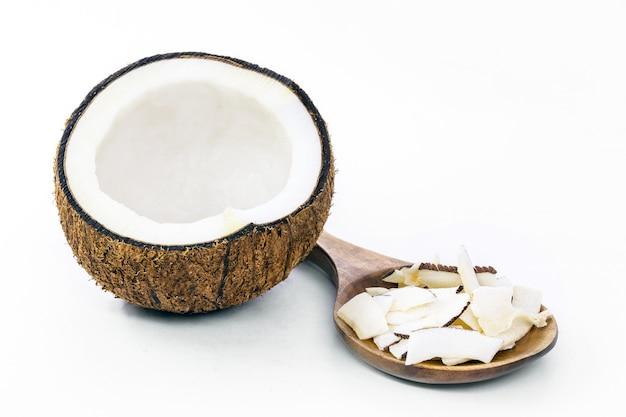 Stukjes geraspte kokos, kokos chips, op geïsoleerde witte achtergrond.