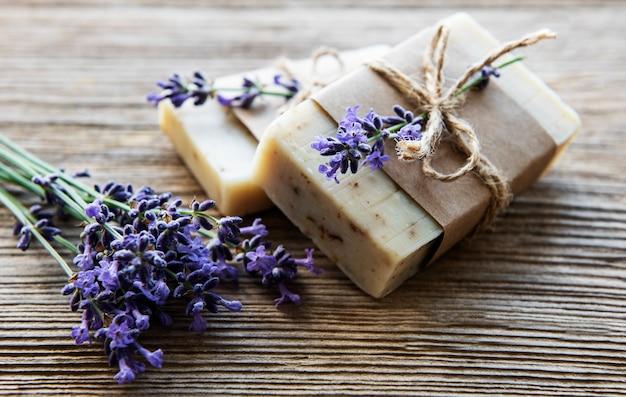 Stukjes handgemaakte zeep met lavendelbloemen