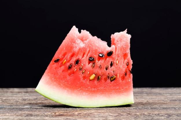 Stukjes heerlijke rode sappige watermeloen rijpe watermeloen met felrood mooi vruchtvlees in stukjes gesneden tijdens de tafelsetting