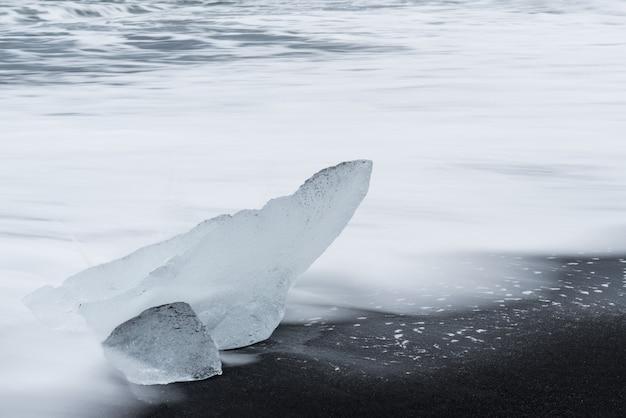 Stukjes ijs uit een gletsjer gebroken op diamond beach