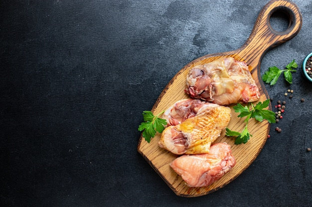 Stukjes kip rauwe haan of gans vers boerenvlees eend