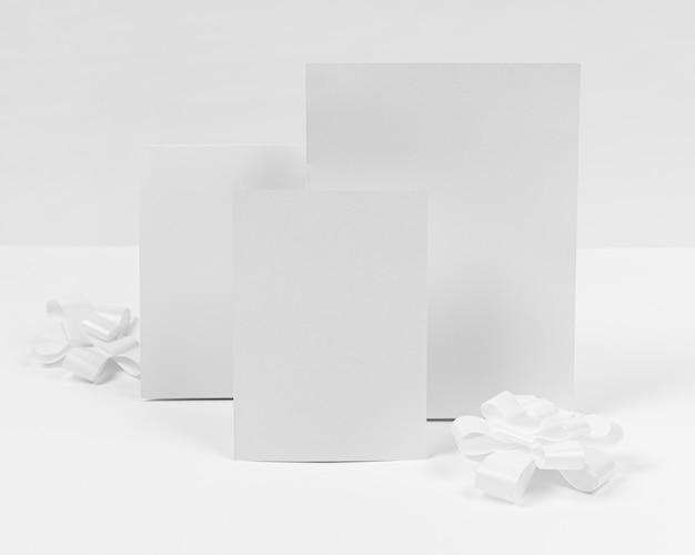 Stukjes papier op een witte achtergrond