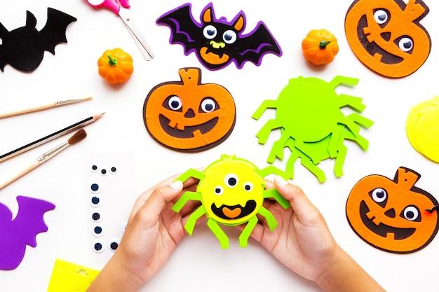 Stukjes papier voor halloween. handgesneden papier. pompoenen. schaar en lijm. op een lichte achtergrond. bovenaanzicht. plat leggen. doe-het-zelf.