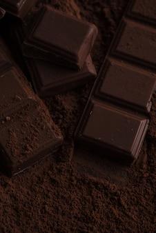Stukjes pure chocoladetegel bedekt met chocoladepoeder