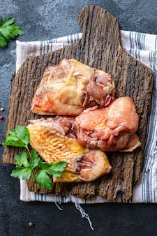 Stukjes rauwe kip, haan of gans vers boerenvlees