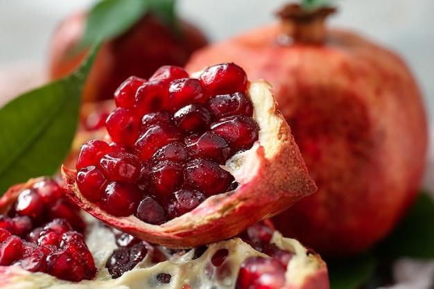 Stukjes smakelijke granaatappel op tafel, close-up