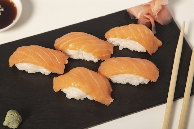 Stukjes sushi naast elkaar op een zwarte ondergrond