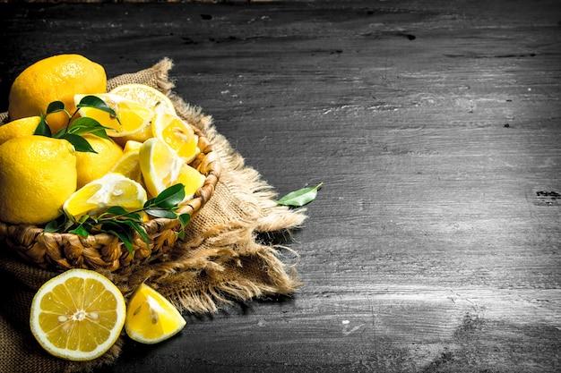 Stukjes verse citroenen in een mand