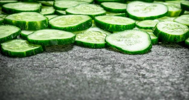 Stukjes verse komkommers. op een rustieke achtergrond.