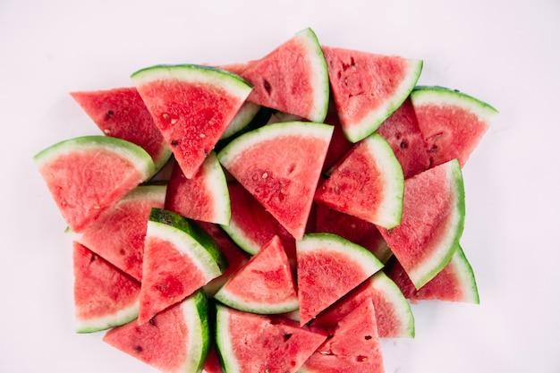 Stukjes watermeloen op een houten tafel close-up
