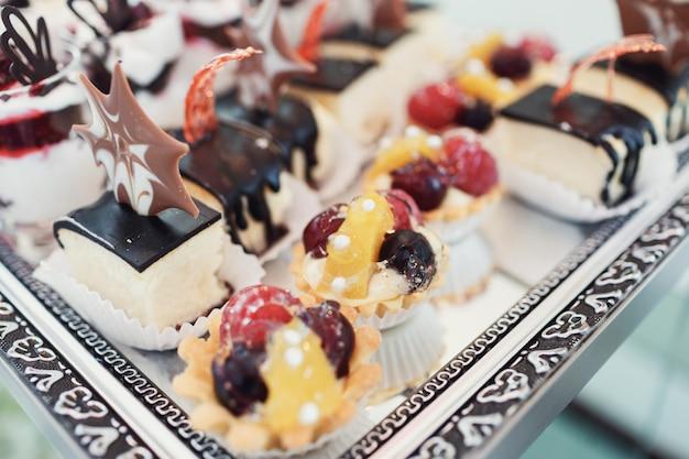Stukken chocolade- en bessencakes geserveerd op de spiegel