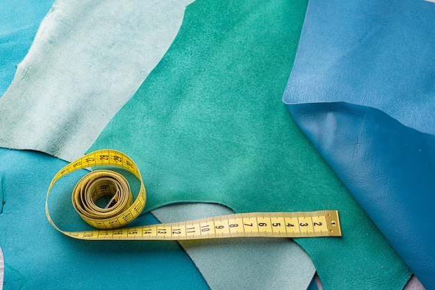 Stukken echt leer in verschillende kleuren worden gebruikt voor het naaien van accessoires.