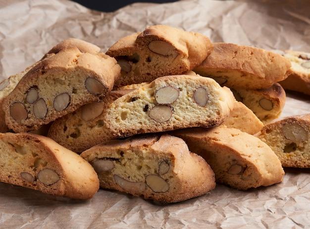 Stukken gebakken italiaanse koekjes van kerstmisbiscotti op een bruin verfrommeld document