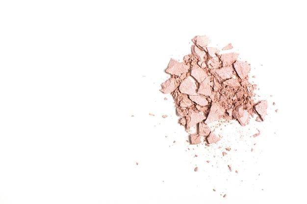 Stukken gebroken roze compacte markeerstift geïsoleerd op een witte achtergrond met kopieerruimte