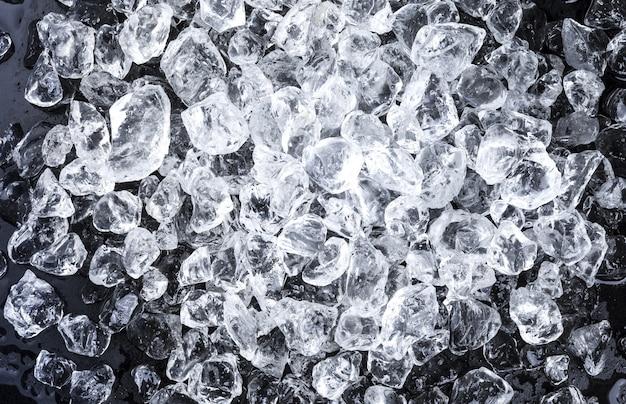 Stukken gemalen ijs op zwart
