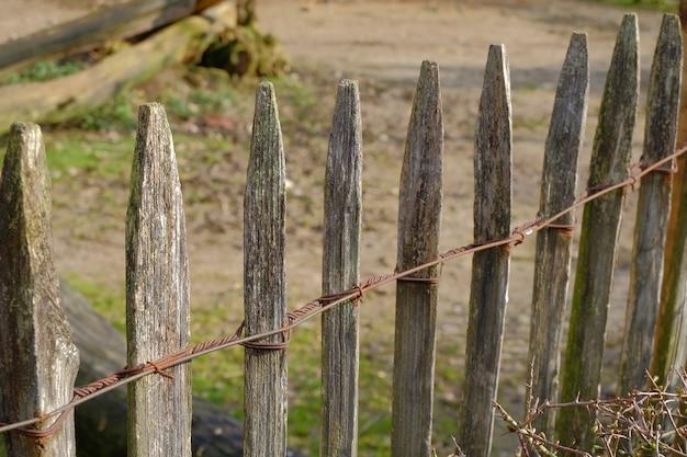 Stukken hout naast elkaar die een hek vormen